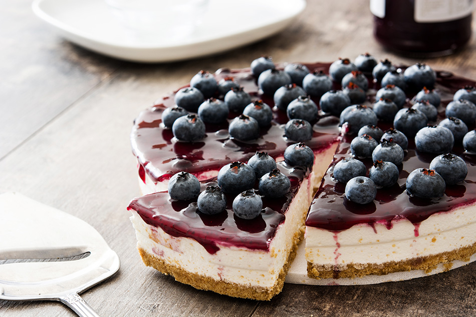 Jogurtova torta z gozdnimi sadeži brez peke – recept