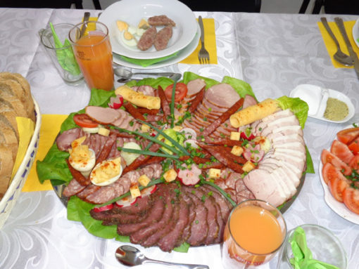 Praznična velikonočna miza je polna slovenskih dobrot
