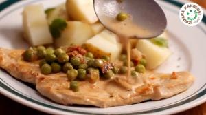 Pečeni puranji zrezki z grahom in krompirjem – video recept