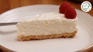 Skutina torta z jogurtom in malinami (brez pečenja) – video recept