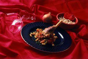 Jagnječja krača s fižolom in paradižnikom
