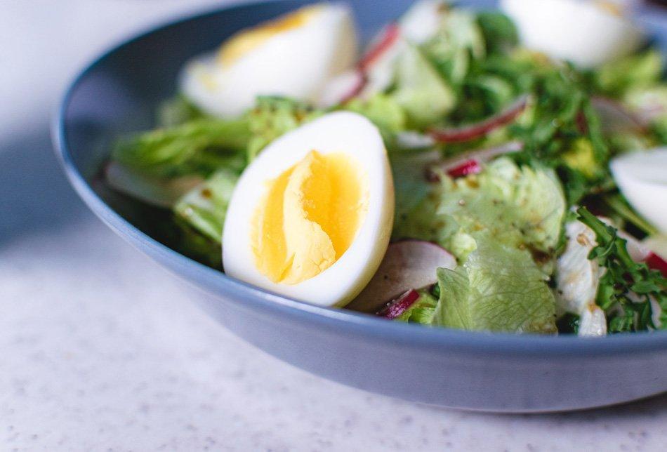 Poletna solata z redkvicami in jajcem – recept