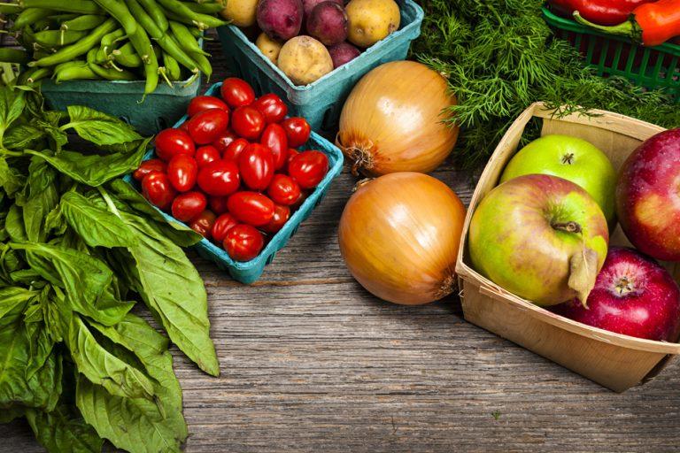 Sadje in zelenjava na mizi