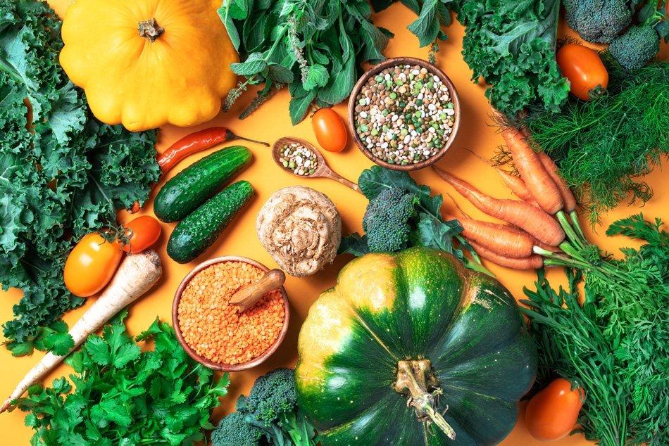 Ekološka zelenjava, leča, fižol, surove sestavine za kuhanje
