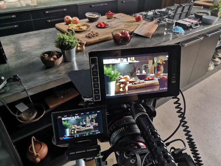 Kamera snema sadje na kuhinjskem pultu