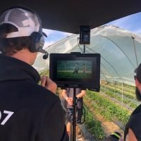 Snemalna ekipa snema vrt
