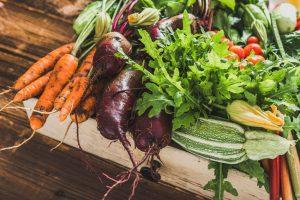 Bio ekološka zelenjava na leseni podlagi