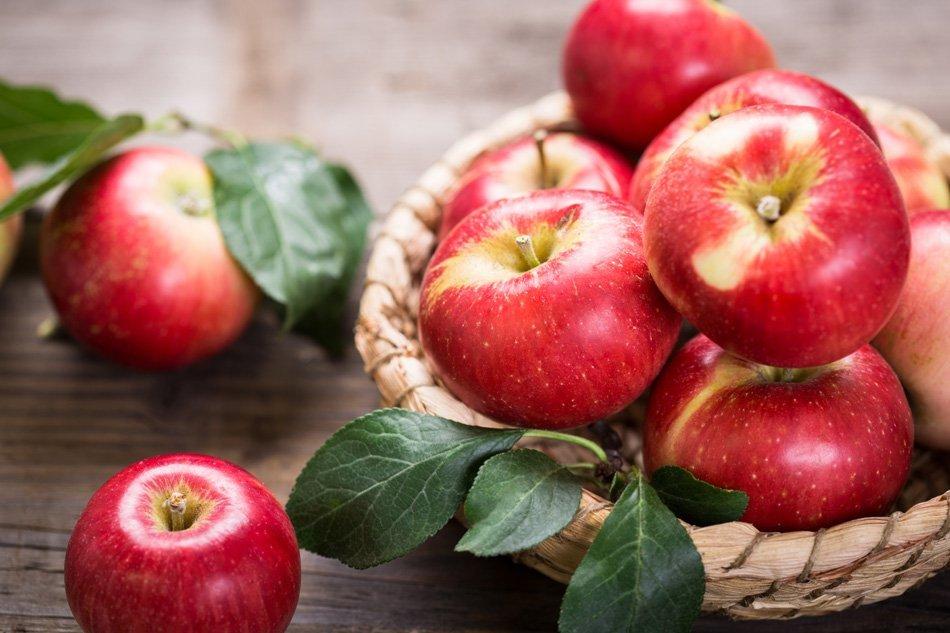 Sveža rdeča jabolka v košarici