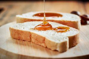 Med na rezini kruha