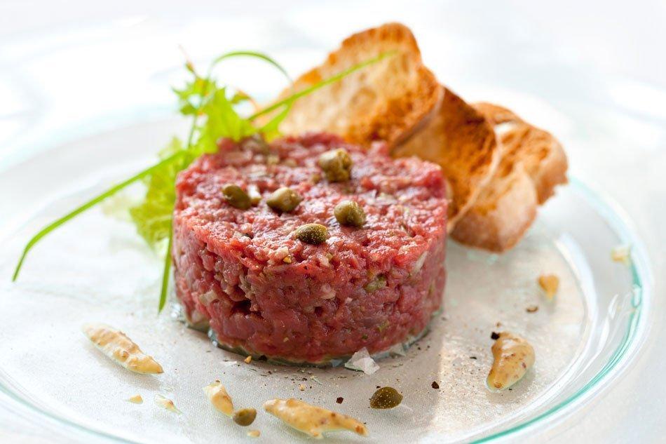 Tatarski biftek s kaprami