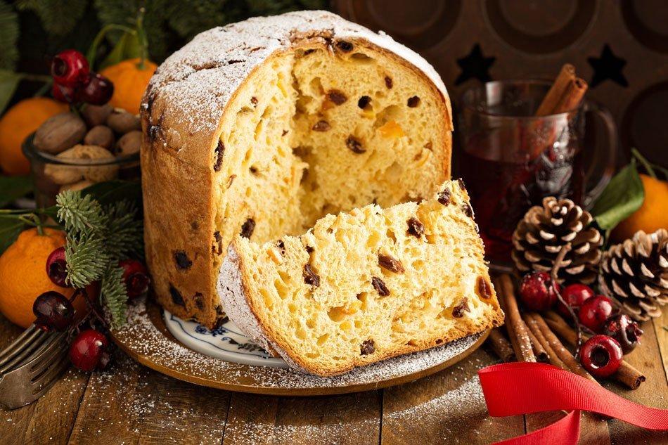 Tradicionalni božični kruh s suhim sadjem in pomarančno lupino na rustikalnem ozadju