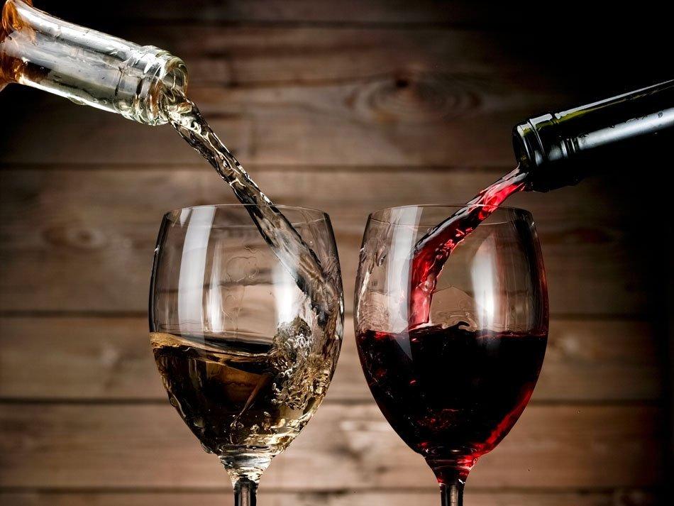 Rdeče in belo vino, ki se izliva v kozarca