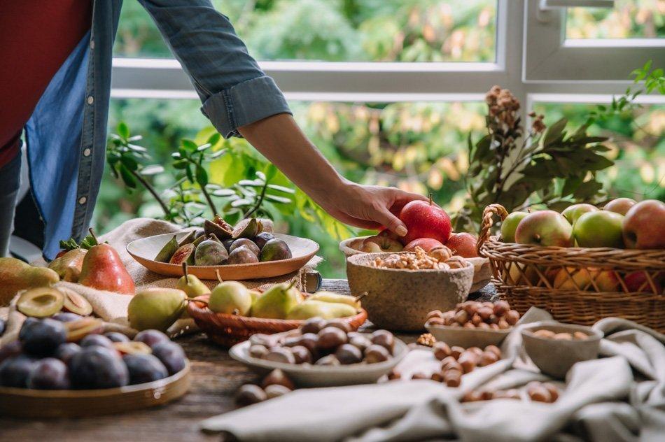 Obložena miza s sadjem in plodovi