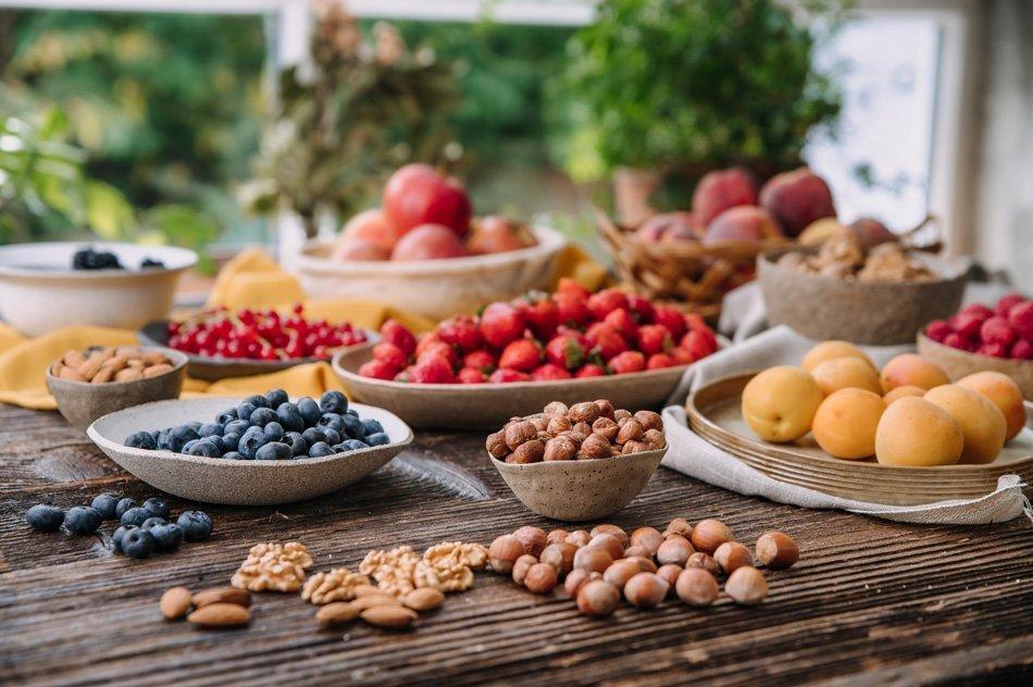 Plodovi, lešniki na mizi