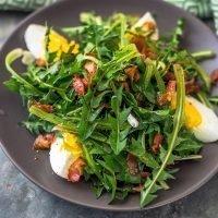 Regratova solata z jajci in slanino