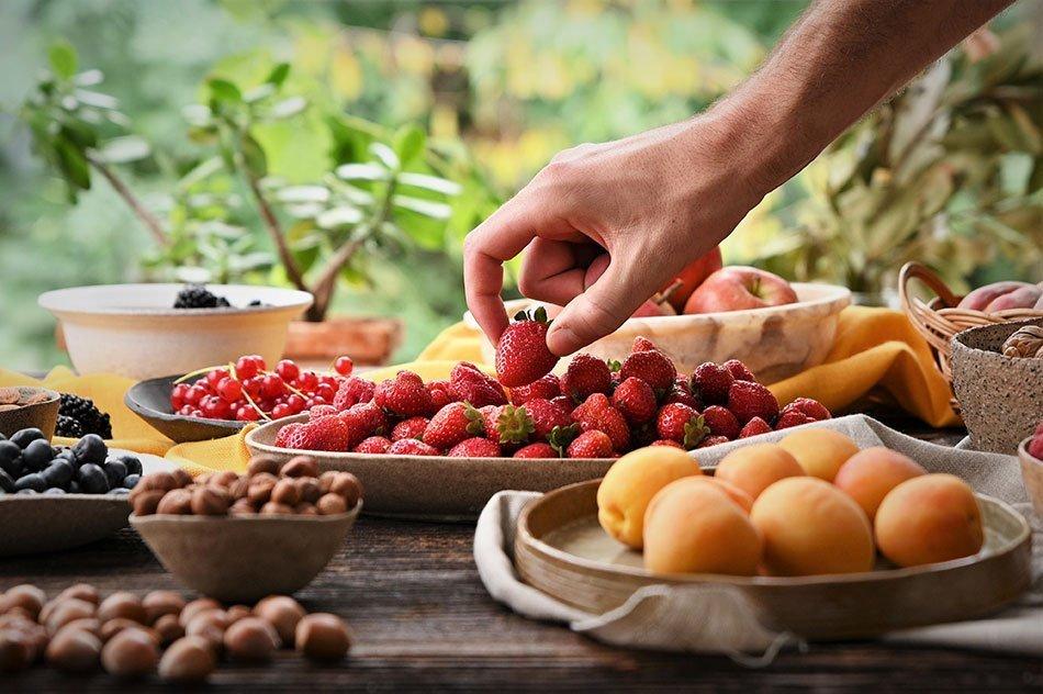 Sadje in plodovi na leseni mizi