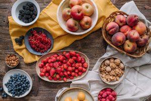 Sadje in plodovi na mizi