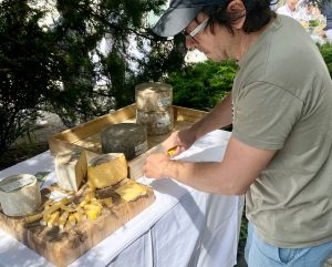 Rezanje domačega sira na mizi