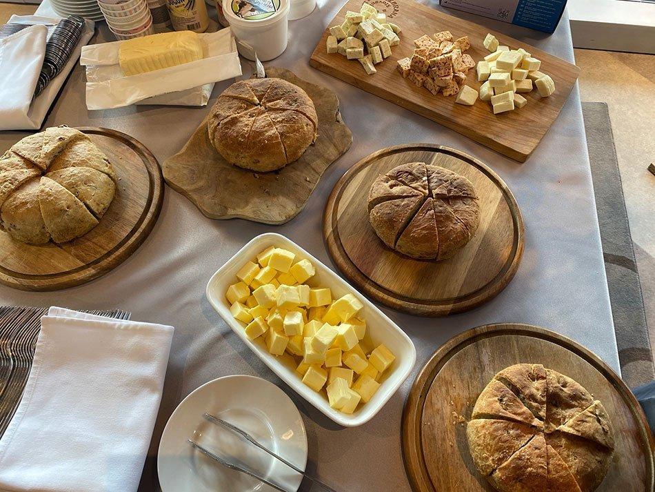 Evropska gastronomska regija - kruh, maslo, sir na mizi