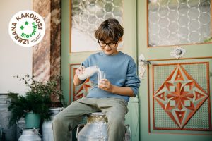 Fantek nataka mleko v kozarec