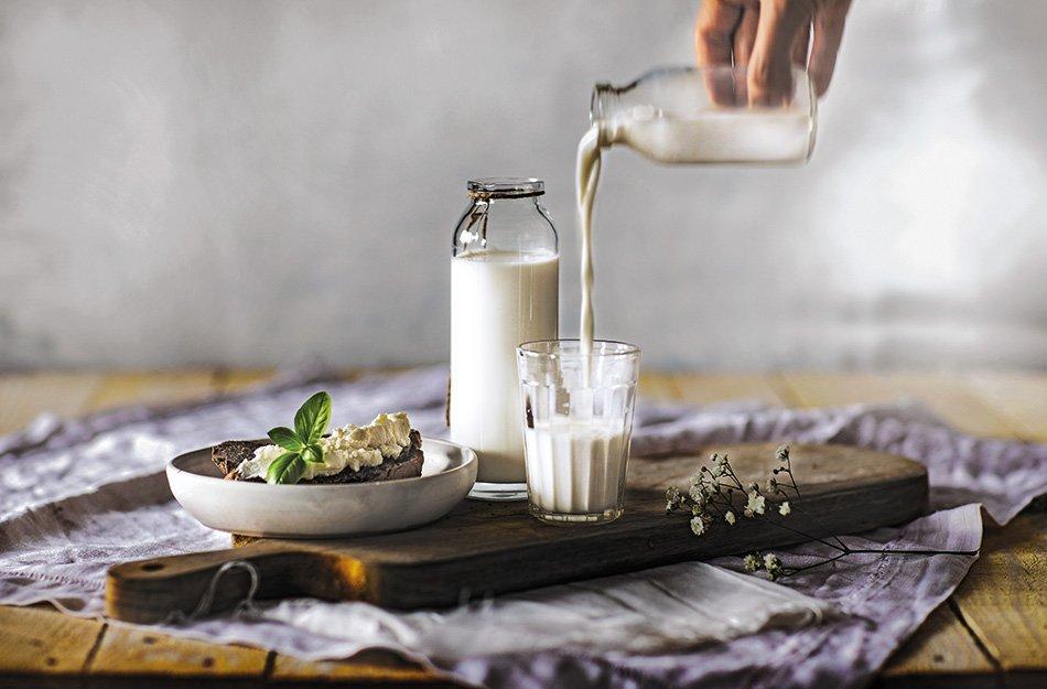 Natakanje mleka v kozarec